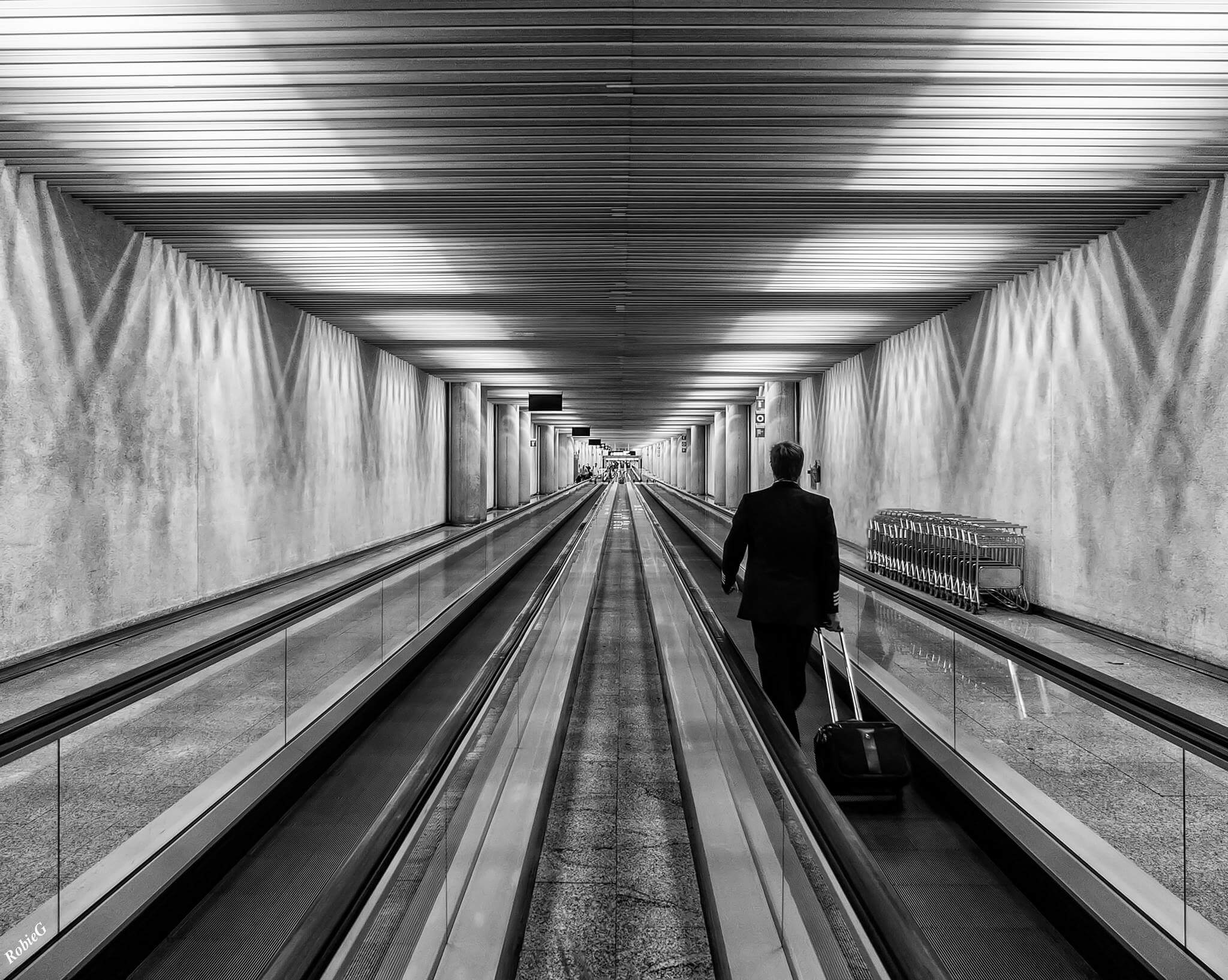Pilot auf Rolltreppe