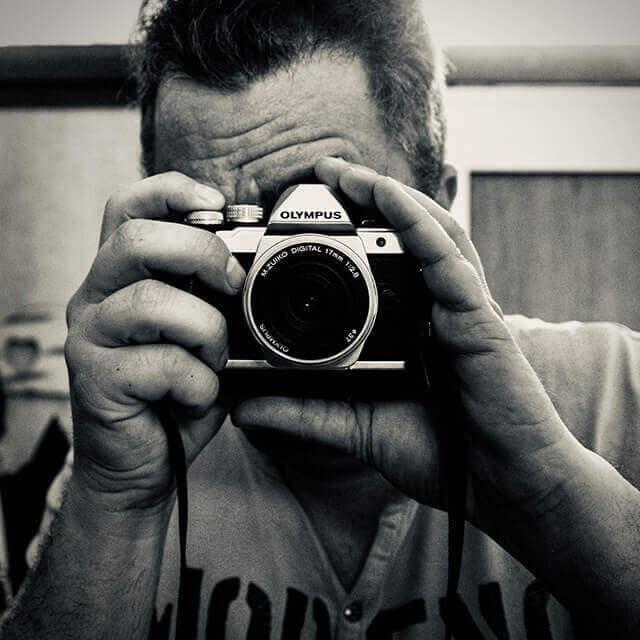 Der Fotograf mit seiner ersten Olympus Kamera